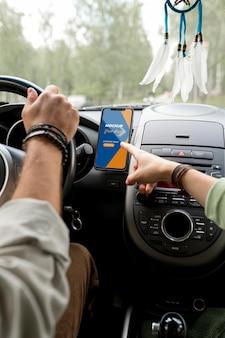 車の旅のコンセプトのモックアップ