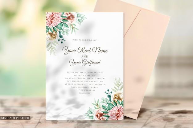 초대장 용 카드 및 봉투 목업
