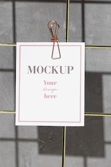 Карточка висит на доске для заметок с зажимом