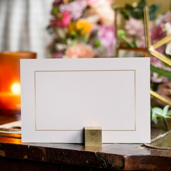 木製のテーブルの上の花の花束によるカードのモックアップ