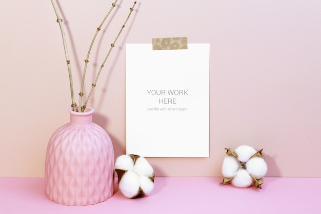 綿の花の壁にカードのモックアップ