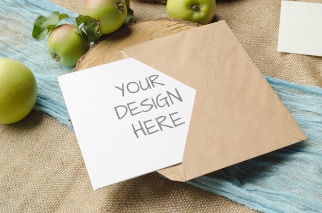 소박한 스타일의 베이지 색 배경에 사과와 카드 모형