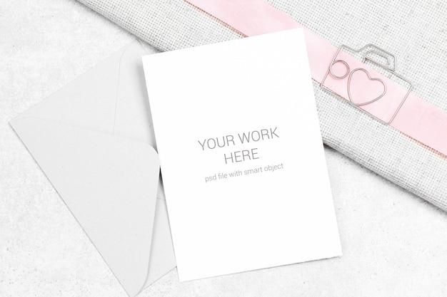 クリップと封筒付きのカードのモックアップ