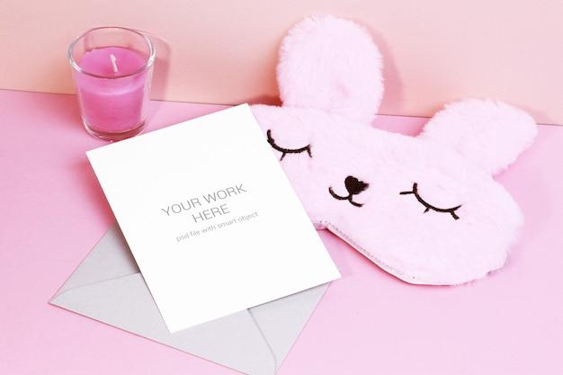 봉투와 수면 마스크가있는 카드 모형