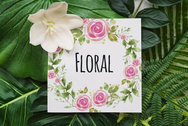 Mockup di carta con sfondo floreale