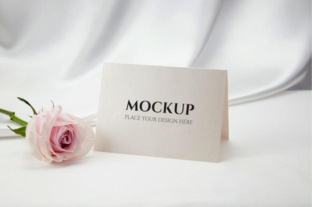 バラの花とカードのモックアップ。