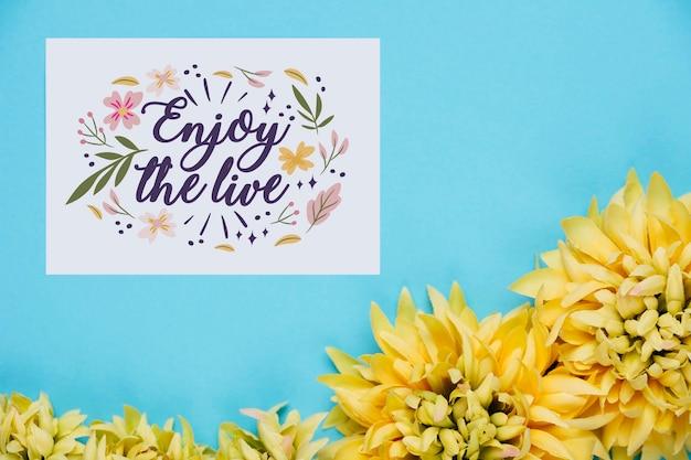 花の横に肯定的なメッセージを持つカード