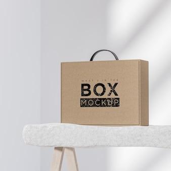 Макет логотипа картонной бежевой коробки на белом фоне для презентации бренда 3d визуализации
