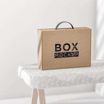 Макет логотипа картонной бежевой коробки на белом фоне для брендинга 3d рендеринга