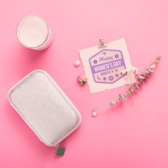 ピンクの背景のキャンドルで段ボールのモックアップ