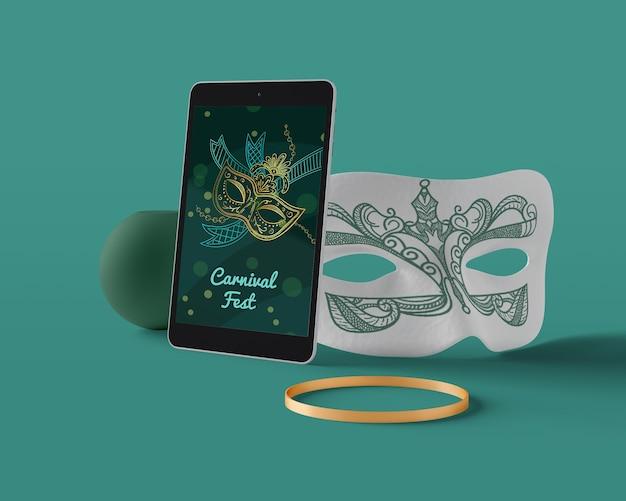 Maschera di carnevale sul dispositivo tablet