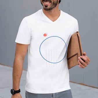 도시 의류 촬영에서 캐주얼 흰색 티셔츠 모형 psd 남자