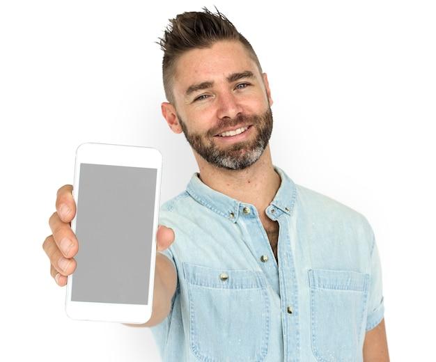 Кавказский человек холдинг телефон улыбается