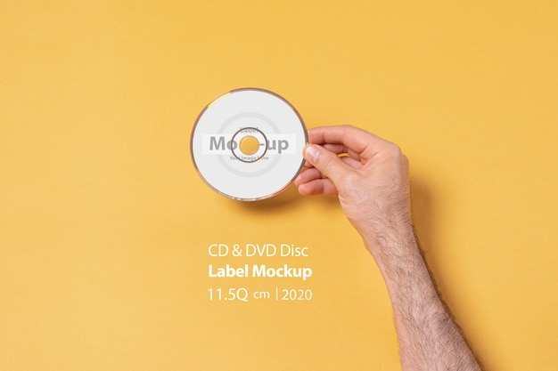 Cd-dvdディスクを持っている男性の手