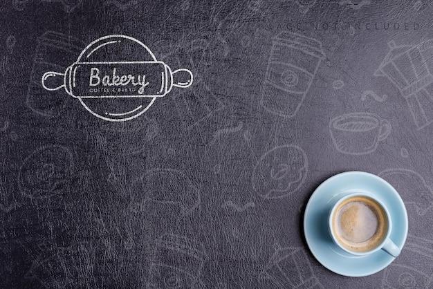 모형 검은 인공 에코 가죽 배경, 복사 공간에 갓 양조 향기로운 모닝 커피 음료와 세라믹 컵. 평평하다.