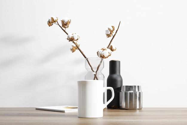 Керамическая кружка и хлопковое растение внутри вазона