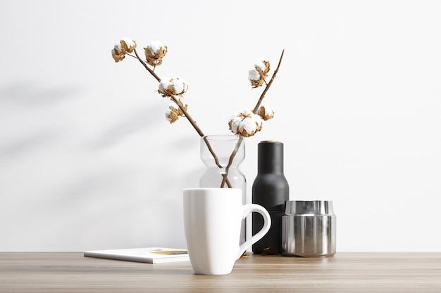 セラミックマグと植木鉢の中の綿植物