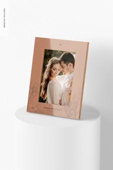 Mockup di cornice per foto in ceramica, su podio