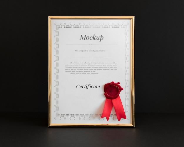 Concetto di certificato con mockup di cornice
