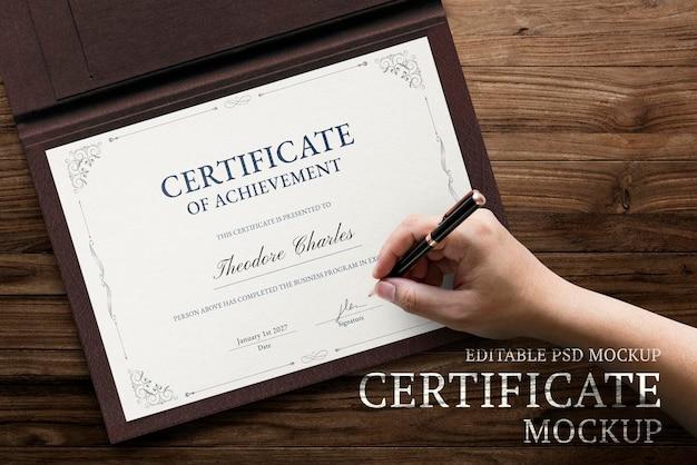Certificazione di divorzio isolata sul tavolo bianco