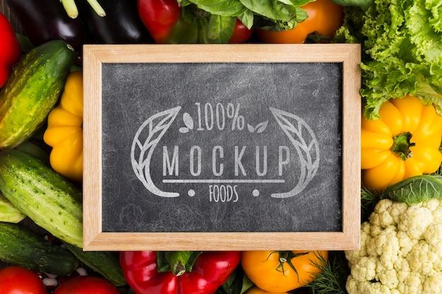 Mock-up di verdure coltivate localmente sulla lavagna