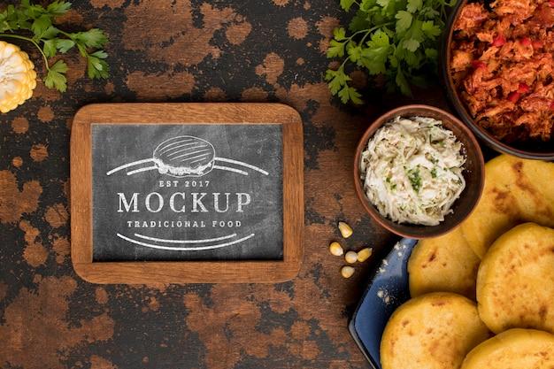 黒板のモックアップと美味しい料理