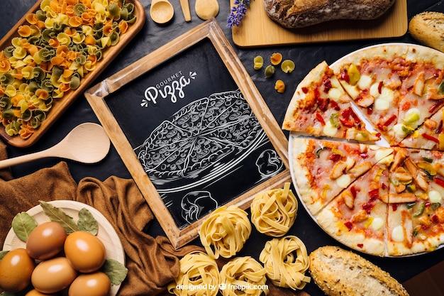 Макет на доске с дизайном пиццы