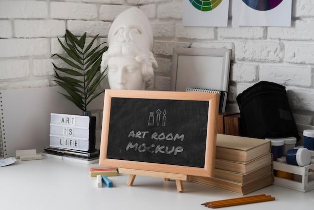 机の上のメッセージと黒板