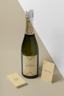 Alta vista del mock-up della bottiglia di champagne