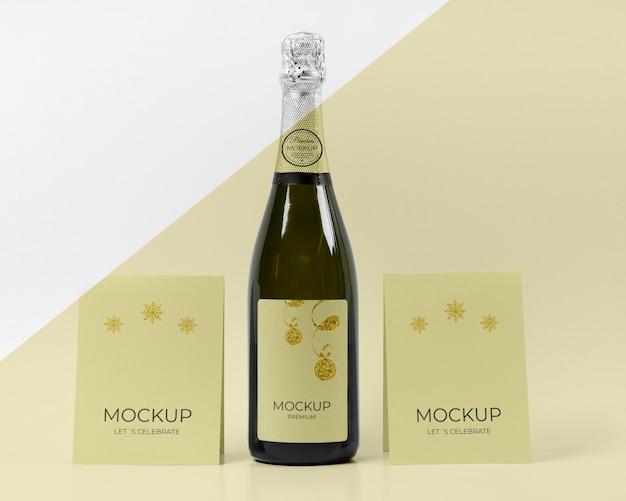 Mock-up di bottiglia di champagne festeggiamo le carte