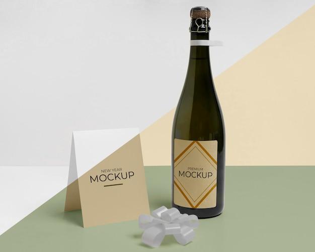 Mock-up di bottiglia di champagne e fiocco in nastro