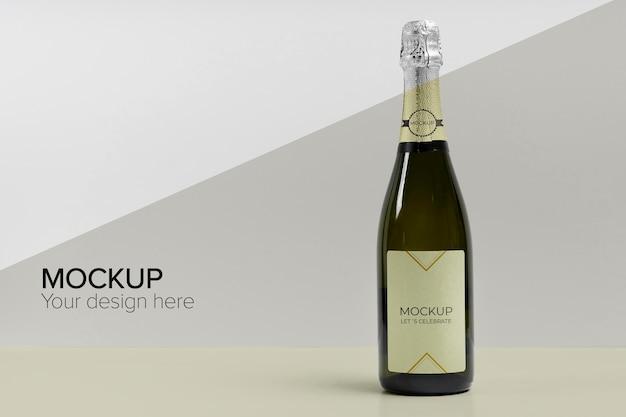Mock-up di bottiglia di champagne con ombra