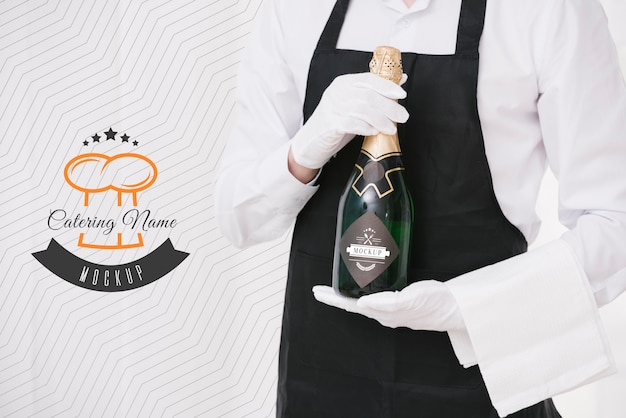 Champagne accanto al segnaposto del nome del catering