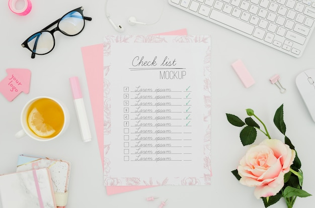 チェックリストとバラの植物モックアップ