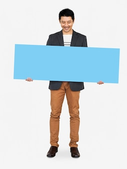 빈 파란색 배너를 보여주는 쾌활 한 남자