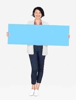 빈 파란색 배너를 보여주는 쾌활 한 여자