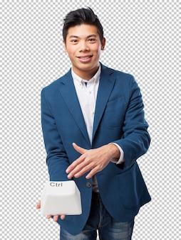コントロールキーを持つ中国人男性