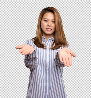 뭔가 제공하는 중국 여자
