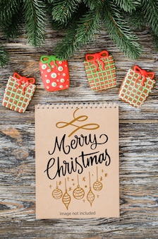 茶色のノートブックモックアップ、ジンジャーブレッドクッキー、モミの木とクリスマスの背景