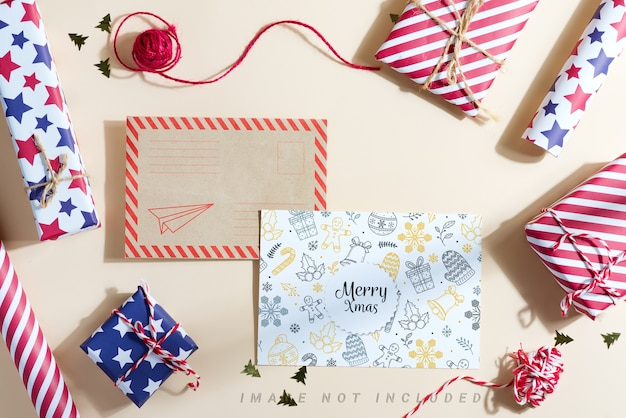 ギフトボックスとサンタへのモックアップの手紙とクリスマスの背景。