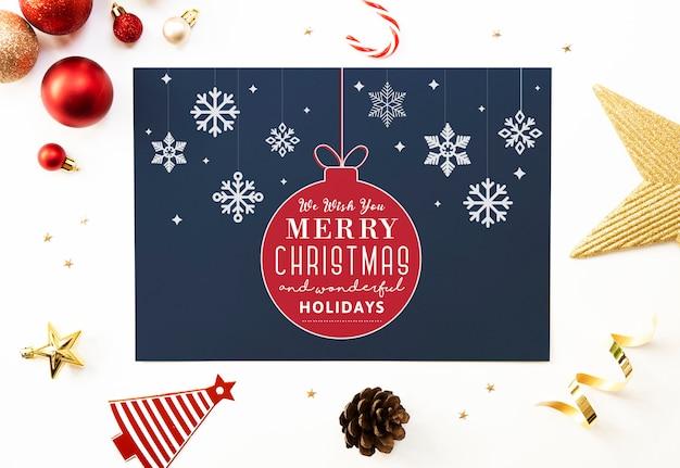 紙の言葉遣いのモックアップ付きのクリスマスカード。