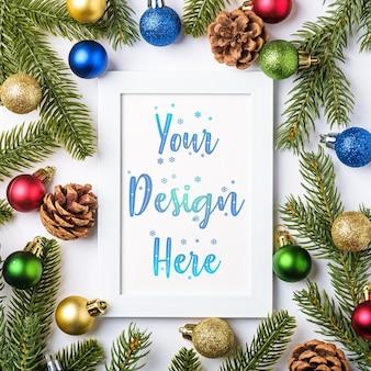 빈 그림 프레임 크리스마스 구성입니다. 화려한 공 장식, 소나무 콘 및 전나무 바늘 장식. 인사말 카드 서식 파일 모의