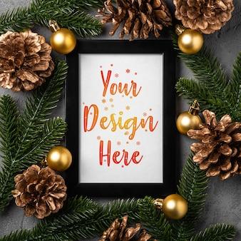 Рождественская композиция с пустой рамкой рисунка. золотой орнамент, украшения из шишек и хвои. макет шаблона поздравительной открытки
