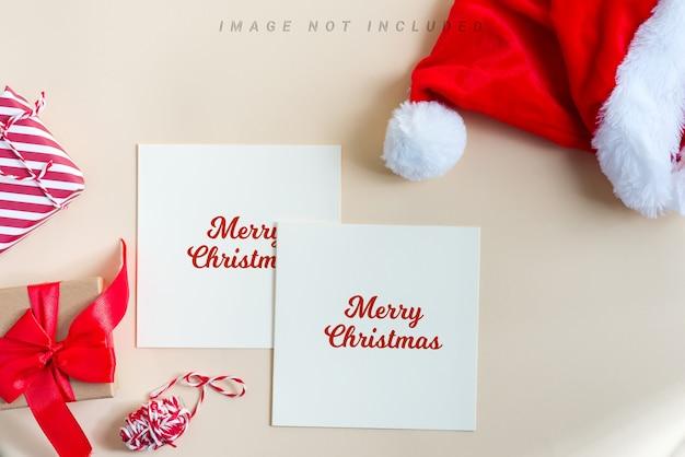 サンタさんの赤い帽子とクリスマスおめでとうモックアップカード