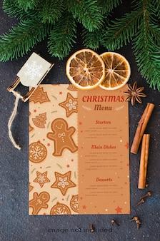 메뉴 또는 레시피 크리스마스 요리 배경. 향신료와 전나무와 빈 종이입니다.