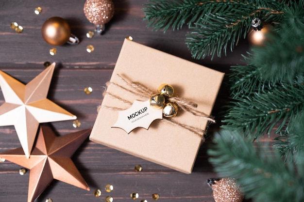 茶色の木の背景にタグ付きのクリスマスプレゼント。