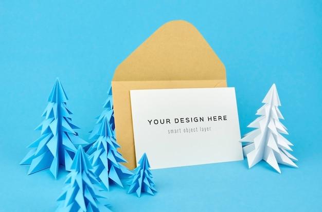 Рождественский макет поздравительной открытки с синими и белыми бумажными елями