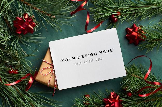 장식 된 선물 상자와 소나무 나뭇 가지와 크리스마스 인사말 카드 모형