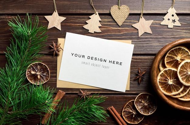 마른 오렌지, 향신료와 소나무 가지가있는 크리스마스 인사말 카드 모형 프리미엄 PSD 파일