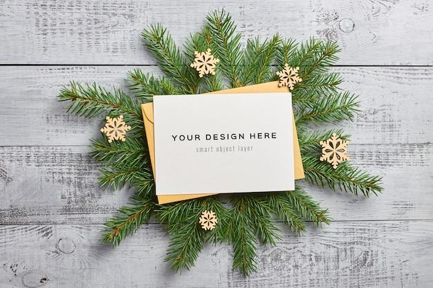 전나무 나무 가지와 나무 장식 크리스마스 인사말 카드 모형